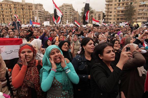 मिस्र की राजधानी काहिरा में तहरीर चौक पर राष्ट्रीय ध्वज लेकर नारेबाजी करती प्रदर्शनकारी महिलाएं।