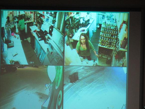 अलास्का में न्यूज कांफ्रेंस के दौरान एक पुलिस शो में 18 साल की सामंथा नोईंग का सर्विलांस वीडियो दिखाया गया।