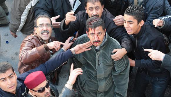 ट्यूनिशिया में वामपंथी यूजीटीटी संघ के सदस्य को गलती से यूनियन के ही एक अन्य सदस्य ने घायल कर दिया। रैली के दौरान उसकी मदद करते यूनियन के अन्य सहयोगी।