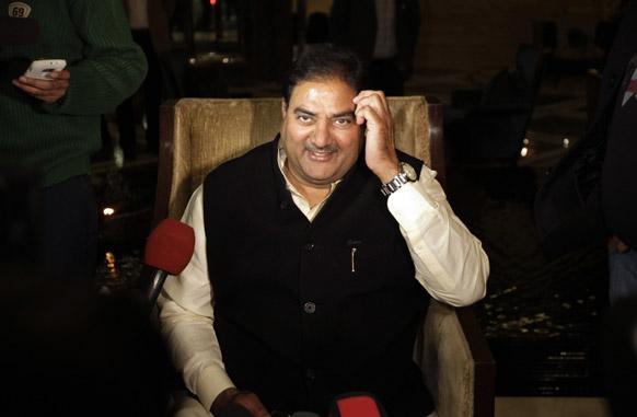 भारतीय ओलंपिक संघ के आईओसी से निलंबित किए जाने की घोषणा के बाद नई दिल्ली में मीडियाकमिर्यों को संबोधित करते भारतीय ओलंपिक संघ के अध्यक्ष अभय सिंह चौटाला।