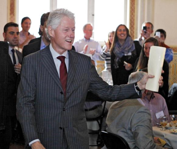 डेनेवर में ईदी के सालाना जलसे में पहुंचे अमेरिका के पूर्व राष्ट्रपति बिल क्लिंटन। इस मौके पर क्लिंटन ने कहा कि देश के विकास में इसकी काफी अहमियत है।