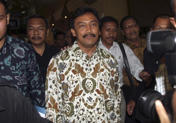 जकार्ता में आयोजित एक प्रेस कांन्फ्रेंस में अपने इस्तीफे की घोषणा करते इंडोनेशिया के खेल एवं युवा मामलों के मंत्री एंडी अल्फियान (बीच में)।)