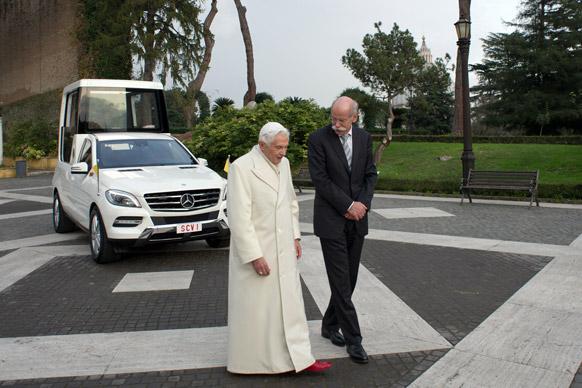 वेटिकन सिटी में पोप बेनेडिक्ट 16वें के साथ मर्सिडीज बेंज के सीईओ डिएटर।