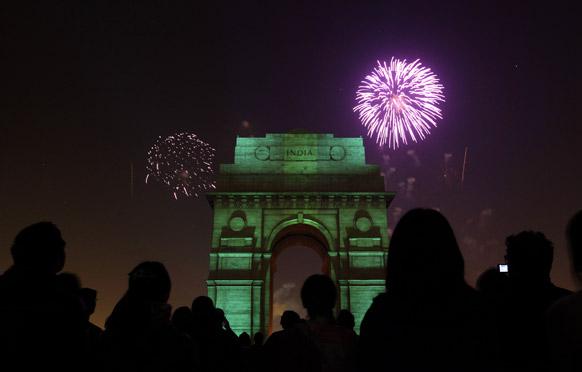 दिल्ली के इंडिया गेट पर आतिशबाजी का शानदार नजारा।