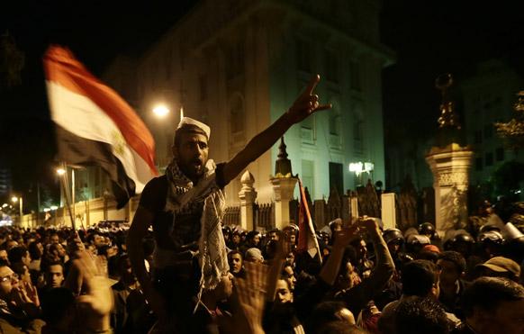 मिस्र में विरोध-प्रदर्शन करते प्रदर्शनकारी।