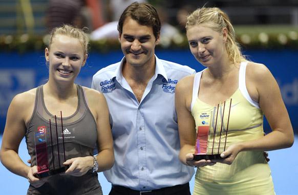 जिलेट टूर एक्जीबिशन टेनिस मैच में मारिया सारापोवा के साथ रोजर फेडरर और कार्लोनी।