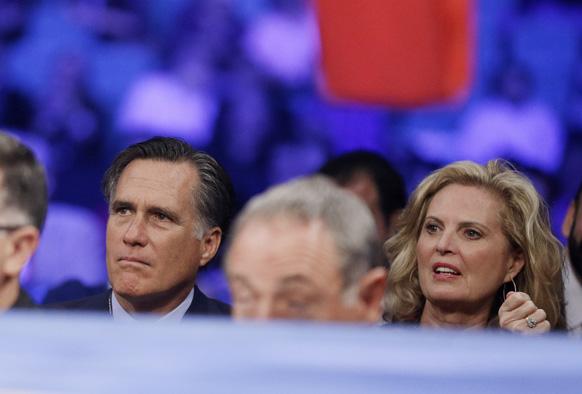 लास वेगास में वेल्टरवेट फाइट रिंग के नजदीक बैठे अमेरिकी राष्ट्रपति पद के पूर्व रिपब्लिकन प्रत्याशी मिट रोमनी और उनकी पत्नी ।