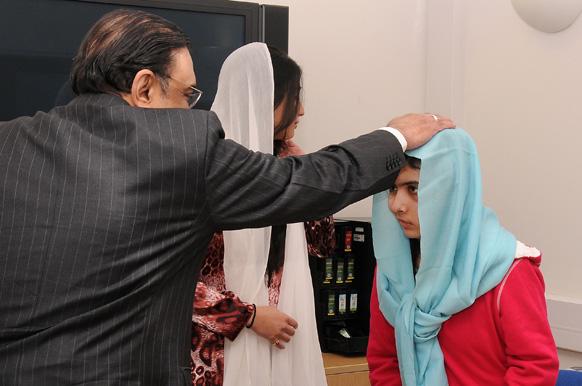 लंदन स्थित बर्मिंघम के अस्पताल में मलाला युसुफजई से मुलाकात करने पहुंचे पाकिस्तान के राष्ट्रपति आसिफ अली जरदारी और उनकी बेटी आसिफा भुट्टो। मलाला का इलाज लंदन के क्वीन एलिजाबथ अस्पताल बर्मिंघम में चल रहा है और यह तस्वीर अस्पताल प्रबंधन ने जारी किया है।