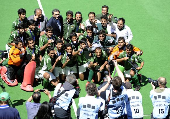 मेलबर्न में पुरुषों का चैंपियंस फील्ड हॉकी टूर्नामेंट में कांस्य पदक के लिए हुए मुकाबले में भारत को हराने के बाद पाकिस्तान हॉकी टीम के खिलाड़ियों ने कुछ इस अंदाज में जश्न मनाया।