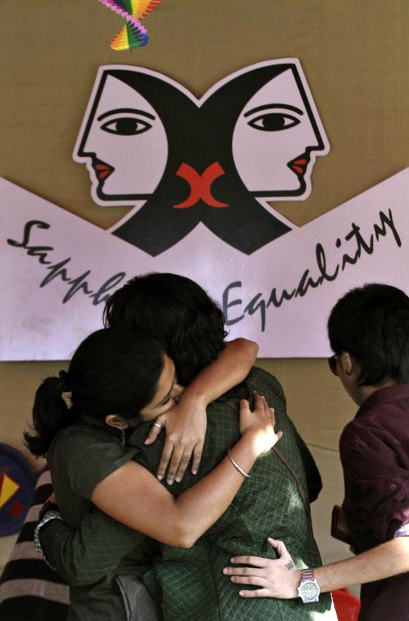 कोलकाता में रैनबो कार्निवल में हिस्सा लेते लेस्बियन, गे, वाइसेक्सुअल, ट्रांसजेंडर के कार्यकर्ता।