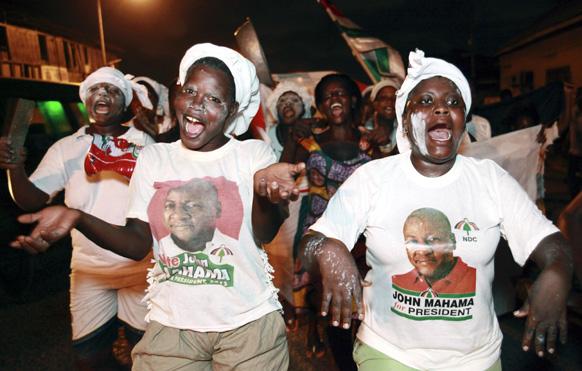 घाना के राष्ट्रपति जॉन ड्रामानी महामा के समर्थक उनकी जीत पर खुशी मनाते हुए।