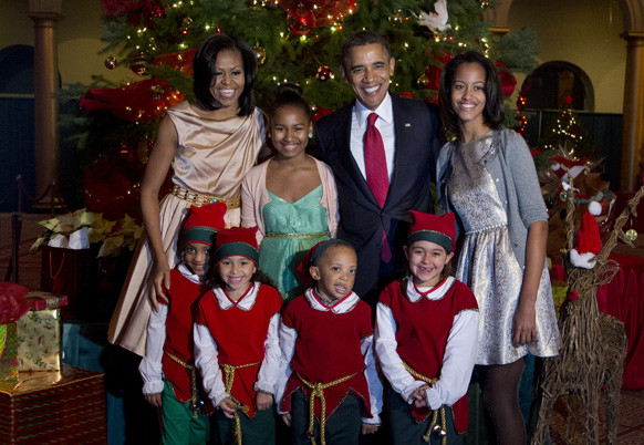 अमेरिका के राष्ट्रपति बराक ओबामा अपनी पत्नी मिशेल ओबामा, पुत्री साशा, मालिया के साथ बच्चों के ड्रेस में।