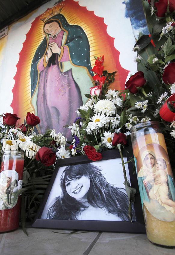 मेक्सिको के हेर्मोसिल्लो में विमान हादसे में मौत की शिकार सिंगर स्वर्गीय जेन्नी रिवेरा को श्रद्धांजलि दी गईं।