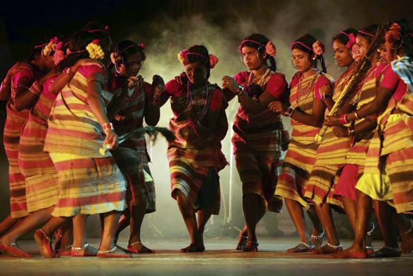 भुवनेश्वर में भारतीय आदिवासी लड़कियां धेम्सा डांस करती हुईं।