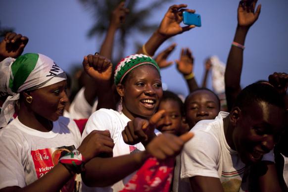 घाना के अक्रा में राष्ट्रपति जॉन ड्रामानी महामा के फिर से चुनाव जीतने पर आयोजित रैली में भाग लेते समर्थक।