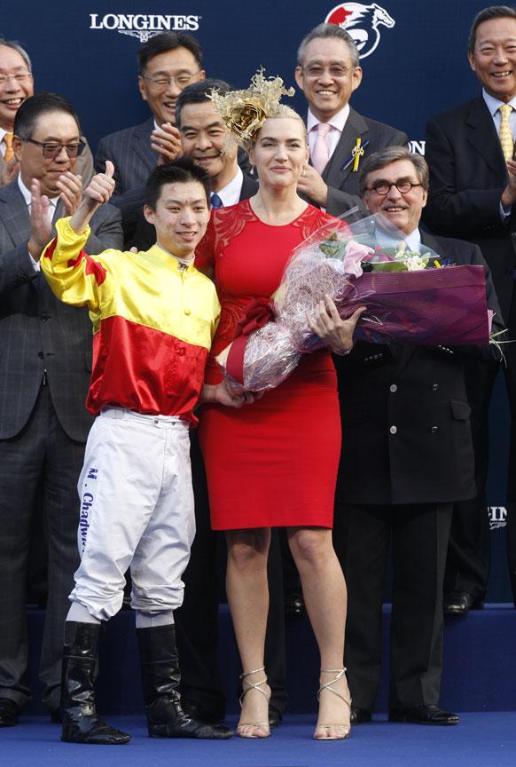 हांगकांग: केट विंसलेट को फूलों का गुलदस्ता भेंट करते हुए जॉकी मैथ्यू चैडविक।