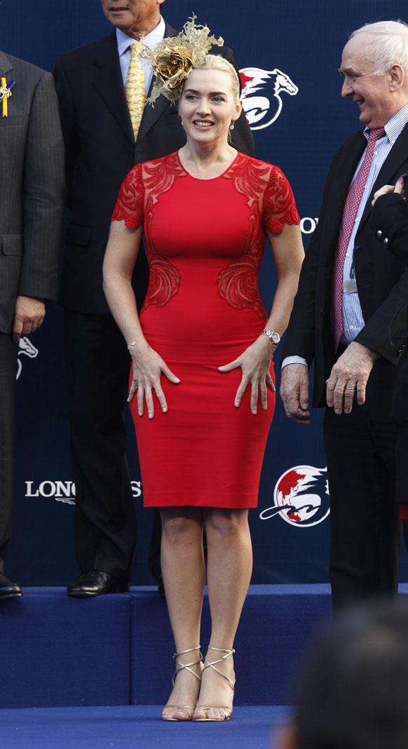 हांगकांग के शेटिन रेस पार्क में एक अवार्ड समारोह के दौरान आकर्षक अंदाज में ब्रिटिश अभिनेत्री केट विंसलेट।