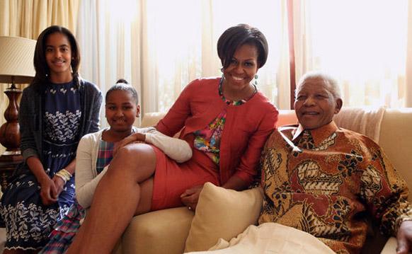 दक्षिण अफ्रीका के पूर्व राष्ट्रपति नेल्सन मंडेला अमेरिका की प्रथम लेडी मिशेल ओबामा के साथ।