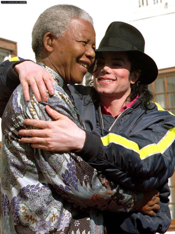 दक्षिण अफ्रीका के पूर्व राष्ट्रपति नेल्सन मंडेला पॉप स्टार माइकल जैक्शन के साथ।
