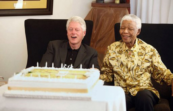 दक्षिण अफ्रीका के पूर्व राष्ट्रपति नेल्सन मंडेला अमेरिका के पूर्व राष्ट्रपति बिल क्लिंटन के साथ।