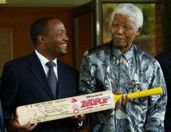 दक्षिण अफ्रीका के पूर्व राष्ट्रपति नेल्सन मंडेला क्रिकेटर ब्रायन लारा के साथ।