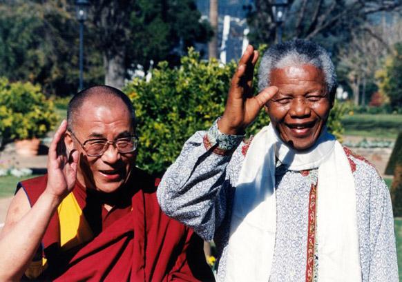 दक्षिण अफ्रीका के पूर्व राष्ट्रपति नेल्सन मंडेला तिब्बती धर्मगुरू दलाईलामा के साथ।