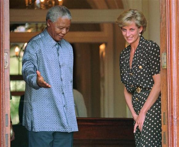 दक्षिण अफ्रीका के पूर्व राष्ट्रपति नेल्सन मंडेला प्रिंसेस डायना के साथ।