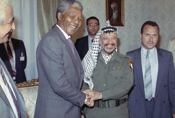 दक्षिण अफ्रीका के पूर्व राष्ट्रपति नेल्सन मंडेला यासर आराफात के साथ।