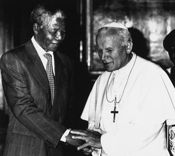 दक्षिण अफ्रीका के पूर्व राष्ट्रपति नेल्सन मंडेला पोप जॉन पॉल द्वितीय के साथ।