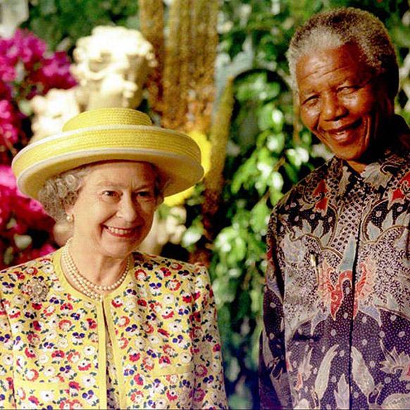 दक्षिण अफ्रीका के पूर्व राष्ट्रपति नेल्सन मंडेला ब्रिटेन की महारानी एलिजाबेथ द्वितीय के साथ।