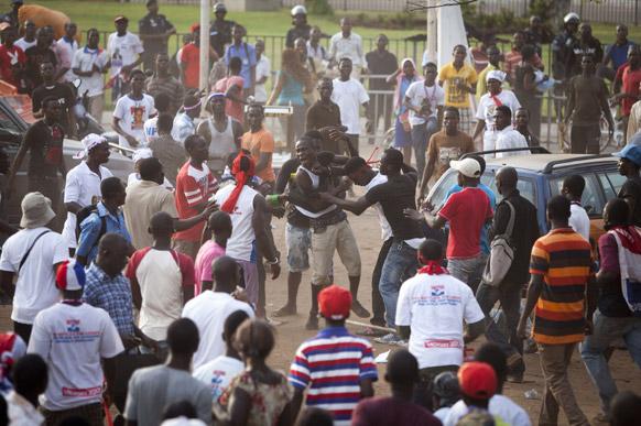 घाना के अक्रा में राष्ट्रपति चुनाव के परिणाम के खिलाफ प्रदर्शन के दौरान हुई मारपीट।