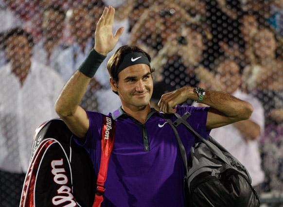 अर्जेंटीना के ब्यूनस आयर्स में एक प्रदर्शनी मैच के दौरान फैंस का हाथ हिलाकर अभिवादन करते हुए टेनिस खिलाड़ी रोजर फेडरर।