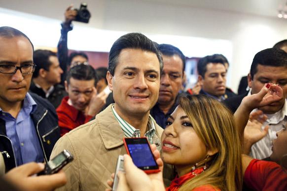 मेक्सिको में राष्ट्रपति एनरिक पेना निएटो (बाएं से दूसरे) अपने समर्थकों के साथ मीडिया को पोज देते हुए।