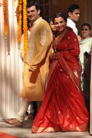 'विवाह समारोह में पंजाबी और तमिल दोनों परंपराओं का मिश्रण है और शादी एक मंदिर में हुई।