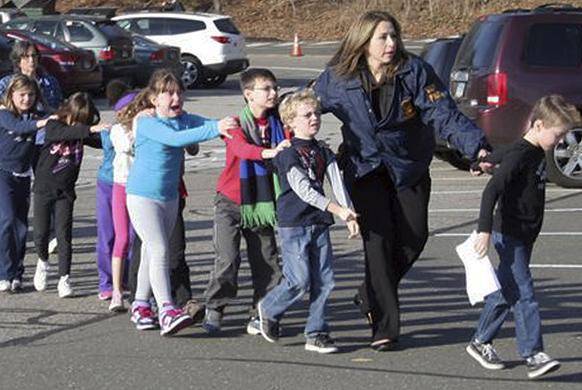 घटनास्थल से बच्चों को दूर ले जाती कनेक्टिकट पुलिस।