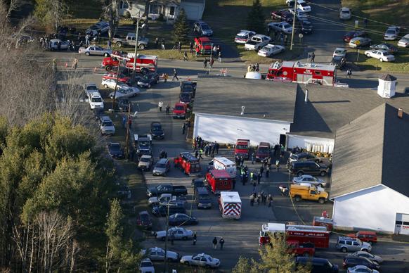 सैंडी हूक स्कूल में गोलीबारी के बाद मचे भगदड़ के बाद आस-पास यातायात व्यवस्था चरमरा गई।
