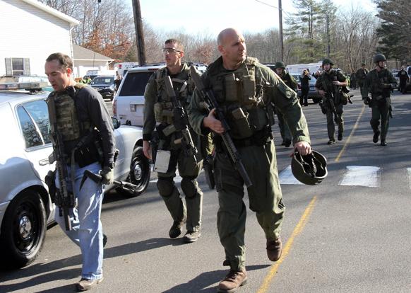 न्यूटाउन में गोलीबारी की घटना के बाद सैंडी हूक स्कूल को सुरक्षाकर्मियों ने चारों तरफ से घेर लिया।