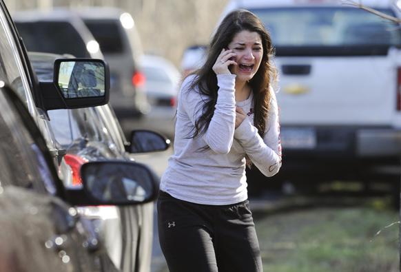 न्यूटाउन में गोलीबारी की घटना के बाद अपनी अध्यापक बहन का हाल जानने का प्रयास करती एक महिला।