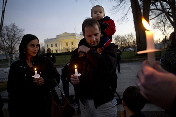 ह्वाइट हाउस के समीप कैंडल मार्च में शरीक एक परिवार।