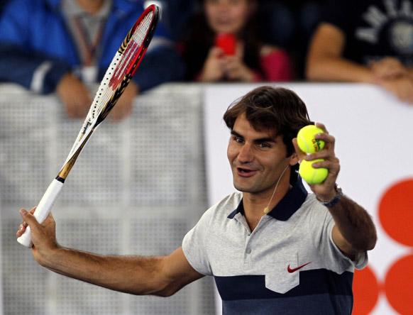 कोलम्बिया में स्विटजरलैंड के टेनिस खिलाड़ी रोजर फेडरर बच्चों को टिप्स देते हुए।