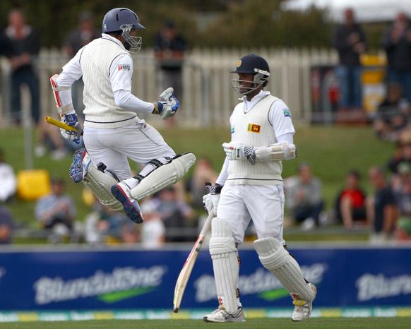 होबार्ट में आस्ट्रेलिया के खिलाफ शतक जमाने के बाद खुशी से उछलते श्रीलंकाई बल्लेबाज तिलकरत्ने दिलशान।