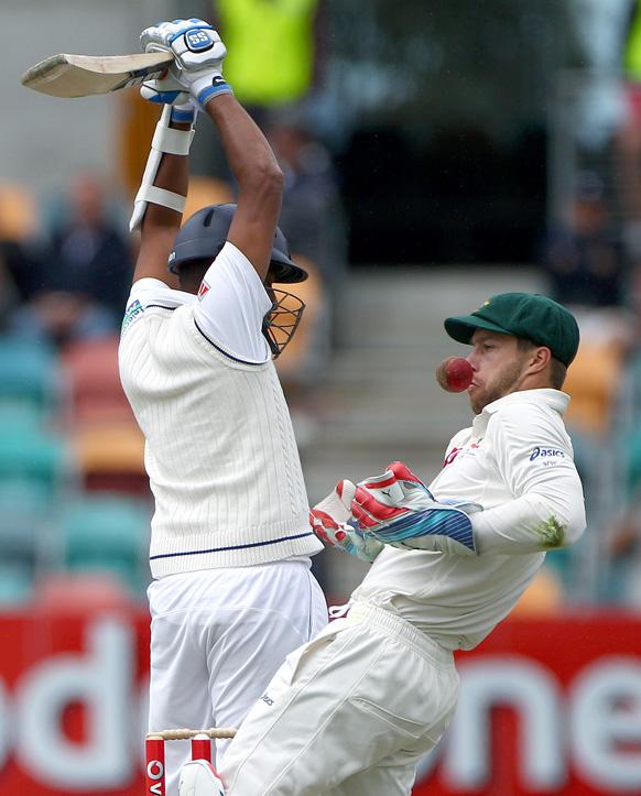 ऑस्ट्रेलिया के साथ टेस्ट मैच में श्रीलंकाई बल्लेबाज बाउंसर से बचने की कोशिश करते हुए।