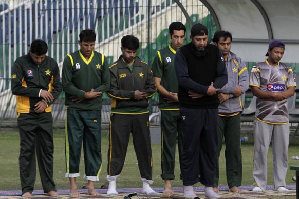 पाकिस्तान क्रिकेट टीम के पूर्व कप्तान इंजमाम उल हक लाहौर के कद्दाफी स्टेडियम में नमाज पढ़ते हुए।