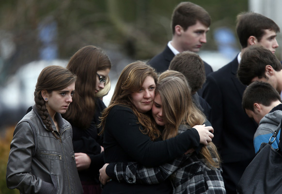 अमेरिकी स्कूल गोलीबारी में मारी गई 6 साल की बच्ची के अंतिम संस्कार के बाद शोक में परिजन।