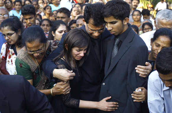 भारतीय नर्स जसिंथा सलदाहना के अंतिम संस्कार के वक्त शोकाकुल परिजन।