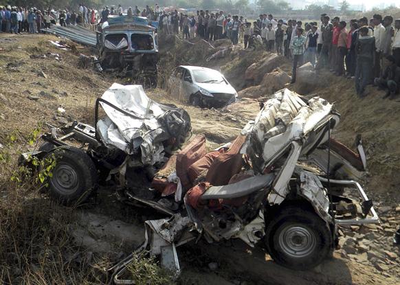 मध्य प्रदेश में जीप और ट्रक की टक्कर में कई लोगों की मौत हो गई।