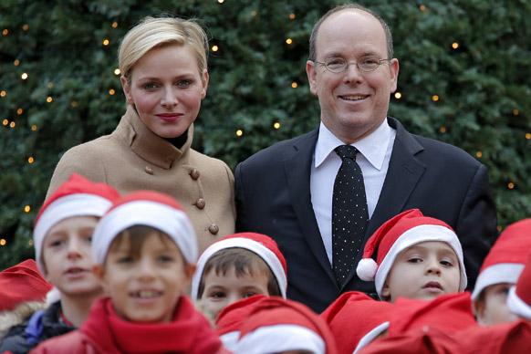 मोनेको पैलेस में क्रिसमस ट्री उत्सव के दौरान बच्चों के साथ पोज देते हुए प्रिस अलबर्ट द्वितीय और उनकी पत्नी प्रिसेज चार्लीन।