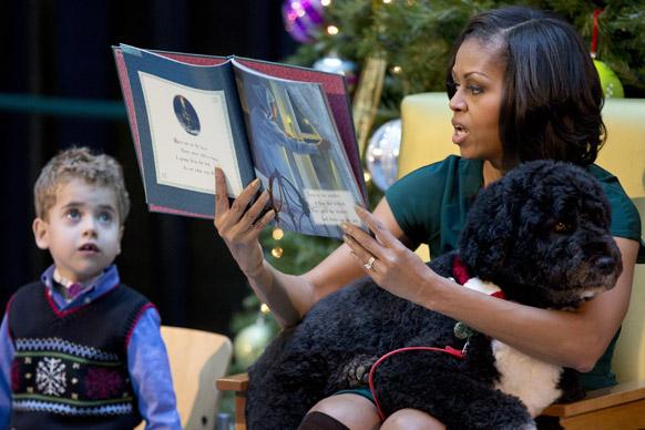 वाशिंगटन में चिलड्रेंस नेशनल मेडिकल सेंटर में 'दी नाइट बिफोर क्रिसमस' को पढ़ते हुए अमेरिका की प्रथम महिला।