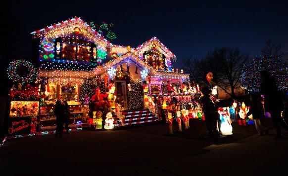 न्यूयॉर्क के क्वींस बोरो में एक क्रिसमस उत्सव से पहले आकर्षक ढंग से सजाया गया एक घर।