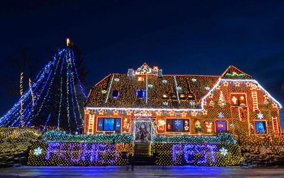 जर्मनी के लोअर सेक्सोनी और बुएकेन में क्रिसमस से पहले जगमगाता हुआ एक घर।